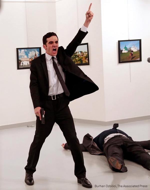 Il  fotografo di Associated Press Burhan Ozbilici, mostra il poliziotto fuori servizio Mevlut Mert Altintas durante i momenti dell'assassinio dell'ambasciatore russo in Turchia, Andrei Karlov - World Press Photo 2017